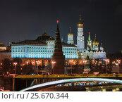 Купить «Ночной Московский Кремль с Патриаршего моста», фото № 25670344, снято 28 декабря 2016 г. (c) Алексей Ларионов / Фотобанк Лори