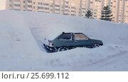 Купить «Abandoned car littered with snow parking lot in city, snowstorm», видеоролик № 25699112, снято 28 февраля 2017 г. (c) Сергей Тимофеев / Фотобанк Лори