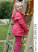 Девочка на игровой площадке. Стоковое фото, фотограф Юлия Мальцева / Фотобанк Лори