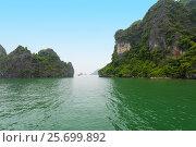 Limestone rocks in Ha Long Bay, northern Vietnam (2016 год). Стоковое фото, фотограф Александр Подшивалов / Фотобанк Лори