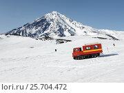 Купить «Пассажирский ратрак везет горнолыжников и сноубордистов на вулкане», фото № 25704472, снято 26 апреля 2014 г. (c) А. А. Пирагис / Фотобанк Лори