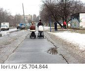 Купить «Молодые мамы прогуливаются с детскими колясками по дорожке. Алтайская улица. Район Гольяново. Москва», эксклюзивное фото № 25704844, снято 2 марта 2017 г. (c) lana1501 / Фотобанк Лори