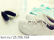 Купить «close up of sportswear, skipping rope and bottle», фото № 25706164, снято 15 октября 2015 г. (c) Syda Productions / Фотобанк Лори