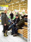 Купить «Three men at the Mall waiting for their wives and talking», фото № 25714272, снято 7 января 2017 г. (c) Инна Грязнова / Фотобанк Лори