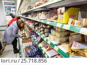 Купить «Женщины выбирают сыр в финском магазине Prisma, Финляндия», фото № 25718856, снято 18 февраля 2017 г. (c) Кекяляйнен Андрей / Фотобанк Лори