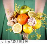 Купить «Букет на подарок из лимонов имбиря и чеснока», фото № 25718896, снято 6 марта 2017 г. (c) Анна Рахимова / Фотобанк Лори