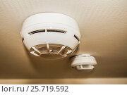 Купить «Датчики пожарной сигнализации на потолке жилого помещения», фото № 25719592, снято 8 февраля 2017 г. (c) Сергеев Валерий / Фотобанк Лори