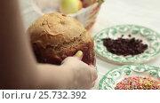 Купить «The girl puts on the table the blank for the Easter cake. Home-made bread.», видеоролик № 25732392, снято 8 марта 2017 г. (c) Dmitry Chapurin / Фотобанк Лори