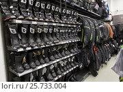 Мотоботинки для мотокросса в магазине мототоваров и экипировки (2017 год). Редакционное фото, фотограф Кекяляйнен Андрей / Фотобанк Лори