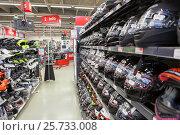 Купить «Новые мотоциклетные шлемы интегралы в крупном магазине мототоваров и экипировки», фото № 25733008, снято 18 февраля 2017 г. (c) Кекяляйнен Андрей / Фотобанк Лори