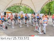 Купить «Перерыв после занятий на велотренажерах», эксклюзивное фото № 25733572, снято 3 июля 2016 г. (c) Владимир Князев / Фотобанк Лори