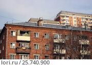 Купить «Старый кирпичный пятиэтажный дом на фоне современного жилого здания», фото № 25740900, снято 12 марта 2017 г. (c) Данила Васильев / Фотобанк Лори