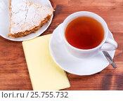 Купить «Чашка чая и кусок яблочной шарлотки на тарелке», фото № 25755732, снято 27 октября 2016 г. (c) Андрей Липинский / Фотобанк Лори