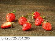 Strawberry freshon wooden boards. Стоковое фото, фотограф Наталья Майорова / Фотобанк Лори