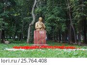 Купить «Памятник Кулибину и клумба с красными и белыми цветами в парке в Нижнем Новгороде», фото № 25764408, снято 29 августа 2012 г. (c) Дмитрий Тищенко / Фотобанк Лори