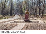 Купить «Памятник русскому изобретателю Кулибину в парке в Нижнем Новгороде», фото № 25764692, снято 26 апреля 2012 г. (c) Дмитрий Тищенко / Фотобанк Лори