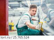 Купить «Worker in garage», фото № 25765524, снято 10 ноября 2016 г. (c) Raev Denis / Фотобанк Лори