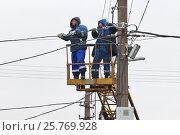 Высотные работы. Электрики тянут кабель. (2017 год). Редакционное фото, фотограф Александр Тарасенков / Фотобанк Лори