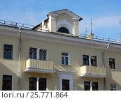 Купить «Трёхэтажный трёхподъездный кирпичный жилой дом, построен в 1950 году. 4-я Парковая улица, 11. Район Измайлово. Москва», эксклюзивное фото № 25771864, снято 12 марта 2017 г. (c) lana1501 / Фотобанк Лори