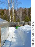 Очищенная от снега дорожка на садовом участке. Стоковое фото, фотограф Юлия Дьякова / Фотобанк Лори