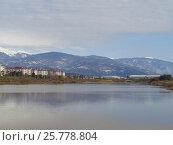 Купить «Озеро на фоне гор, Адлер, курорт Имеретинский», фото № 25778804, снято 19 февраля 2017 г. (c) DiS / Фотобанк Лори