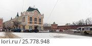 Площадь Минина и здание областного арбитражного суда в Нижнем Новгороде зимой в снегопад (2017 год). Редакционное фото, фотограф Ельцов Владимир / Фотобанк Лори