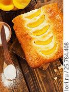 Купить «Постный манник с  консервированными персиками. Вид сверху», фото № 25784408, снято 31 января 2017 г. (c) Надежда Мишкова / Фотобанк Лори
