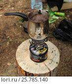 Купить «Кофе варится на газовой горелке, которая стоит на пеньке», фото № 25785140, снято 11 августа 2015 г. (c) Сергей Юрьев / Фотобанк Лори