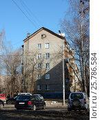 Купить «Пятиэтажный четырехподъездный кирпичный жилой дом серии II-28, построен в 1961 году. 1-я Мясниковская улица, 14. Район Богородское. Москва», эксклюзивное фото № 25786584, снято 10 марта 2017 г. (c) lana1501 / Фотобанк Лори