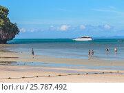 Купить «Белый пассажирский паром у побережья пляжа Рейли Вест (Railay West Beach). Люди ходят по песчаному пляжу во время отлива. Королевство Таиланд. Провинция Краби, полуостров Рейли», фото № 25787492, снято 4 февраля 2017 г. (c) Владимир Сергеев / Фотобанк Лори