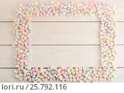 Frame of marshmallows with empty place for text on white wooden background. Стоковое фото, фотограф Денис Иванов / Фотобанк Лори