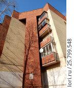 Купить «Пятиэтажный шестиподъездный кирпичный жилой дом. Миллионная улица, 15, корпус 1, построен в 1929 году. Район Богородское. Москва», эксклюзивное фото № 25799548, снято 9 марта 2017 г. (c) lana1501 / Фотобанк Лори