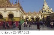 Купить «People in Mahamuni temple in Mandalay», видеоролик № 25807552, снято 19 сентября 2016 г. (c) Михаил Коханчиков / Фотобанк Лори