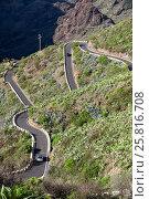 Купить «Автомобили на дороге из Сантьяго дель Тейде (Santiago del Teide) в деревню Маска (Masca). Вид сверху. Тенерифе, Канарские острова, Испания», фото № 25816708, снято 8 января 2016 г. (c) Кекяляйнен Андрей / Фотобанк Лори