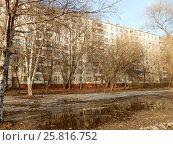 Купить «Девятиэтажный двенадцатиподъездный панельный жилой дом серии II-49Д, построен в 1969 году. Хабаровская улица, 17/13. Район Гольяново. Москва», эксклюзивное фото № 25816752, снято 10 марта 2017 г. (c) lana1501 / Фотобанк Лори
