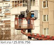 Купить «Бригада рабочих производит монтаж оборудования на вышке сотовой связи. Камчатская улица. Район Гольяново. Москва», эксклюзивное фото № 25816756, снято 10 марта 2017 г. (c) lana1501 / Фотобанк Лори