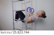 Купить «Девочка подросток подтягивается на гимнастических кольцах», видеоролик № 25823744, снято 25 марта 2017 г. (c) Круглов Олег / Фотобанк Лори