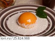 Купить «Муссовый десерт с желтой зеркальной глазурью», фото № 25824988, снято 19 марта 2017 г. (c) Александр Волков / Фотобанк Лори