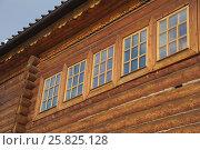 Купить «Стеклянные окна в бревенчатой стене», фото № 25825128, снято 11 февраля 2017 г. (c) Иванова Анастасия / Фотобанк Лори