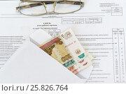 Купить «Конверт с рублевыми купюрами разного достоинства и очки лежат на табеле учета рабочего времени», фото № 25826764, снято 23 марта 2017 г. (c) Наталья Гармашева / Фотобанк Лори
