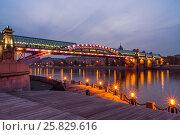 Embankment of the Moscow river. Andreevsky Bridge in the evening. (2013 год). Редакционное фото, фотограф Павел Лиховицкий / Фотобанк Лори