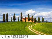 Сельский дом с кипарисами вокруг, Тоскана, Италия (2014 год). Стоковое фото, фотограф Наталья Волкова / Фотобанк Лори