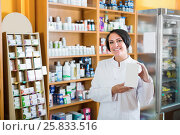 Купить «Smiling mature female seller holding supplement in box», фото № 25833516, снято 15 декабря 2018 г. (c) Яков Филимонов / Фотобанк Лори