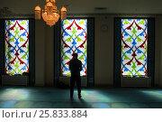 Мужчина молится в Московской соборной мечети во время намаза (2017 год). Редакционное фото, фотограф Николай Винокуров / Фотобанк Лори