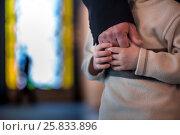 Купить «Отец держит за руку своего сына», фото № 25833896, снято 26 марта 2017 г. (c) Николай Винокуров / Фотобанк Лори