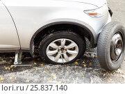 Купить «Replacing flat tire on the spare in slushy weather», фото № 25837140, снято 20 октября 2014 г. (c) Losevsky Pavel / Фотобанк Лори