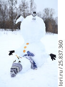 Купить «Upside down snowman with grey hat, scarf and skates at winter day», фото № 25837360, снято 31 января 2015 г. (c) Losevsky Pavel / Фотобанк Лори