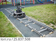 Cameraman dolly stands on rails mounted at children playground. Стоковое фото, фотограф Losevsky Pavel / Фотобанк Лори