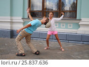 Купить «Young brother and sister imitation fight, sister beats brother in nose, fool around, outdoors», фото № 25837636, снято 16 августа 2014 г. (c) Losevsky Pavel / Фотобанк Лори