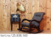 Купить «Empty rocking-chair in room next to the gramophone», фото № 25838160, снято 21 мая 2015 г. (c) Losevsky Pavel / Фотобанк Лори
